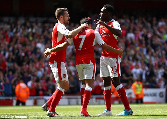 Các cầu thủ Arsenal chia vui cùng Sanchez (giữa)
