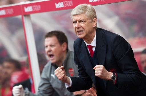 Wenger ăn mừng sau khi học trò ghi bàn vào lưới Stoke cuối tuần qua