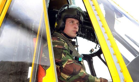 Hoàng tử William trong buồng lái trực thăng (Ảnh: Getty)