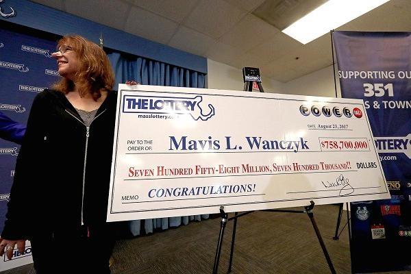 Mavis L. Wanczyk được công bố là người chiến thắng trong Jackpot Powerball trị giá 758,7 triệu USD trong Braintree, Massachusetts. (Nguồn: Boston Globe | Getty Images)