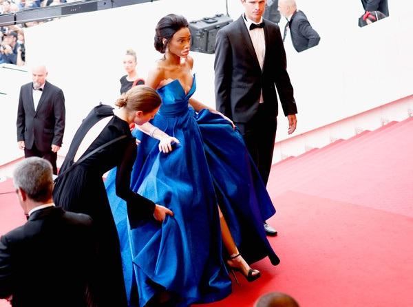 Winnie Harlow có người giúp đỡ váy khi sải bước lên cầu thang