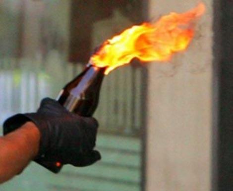 Tâm đốt chai xăng ném về phía vợ chồng chị gái (ảnh minh họa)