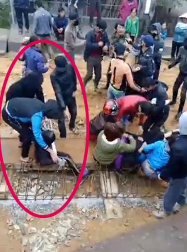 3 thanh niên đang cố gắng lôi người phụ nữ cầm nạng ra ngoài (ảnh cắt từ clip)