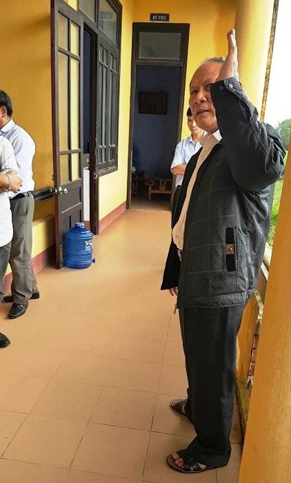 Ông Trương Vang lớn tiếng nói các phóng viên không được quay phim chụp ảnh trong UBND xã.