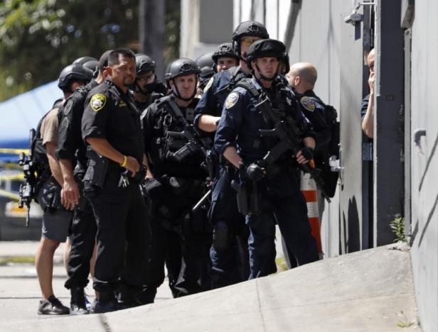 Cảnh sát có mặt tại hiện trường vụ xả súng ở San Francisco (Ảnh: Reuters)