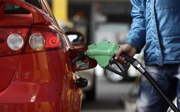 Điều nghịch lý là mặc dù giá xăng dầu liên tục giảm mạnh song cước taxi vẫn không chịu giảm