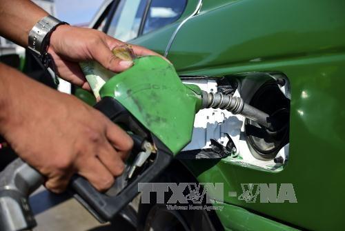 Khách hàng đổ xăng tại một trạm xăng ở San Luis Potosi, Mexico. Ảnh: AFP/TTXVN.