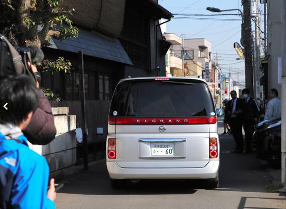 Xe cảnh sát chở nghi phạm rời đi khoảng hơn 8 giờ sáng nay 14/4. (Ảnh: Asahi)