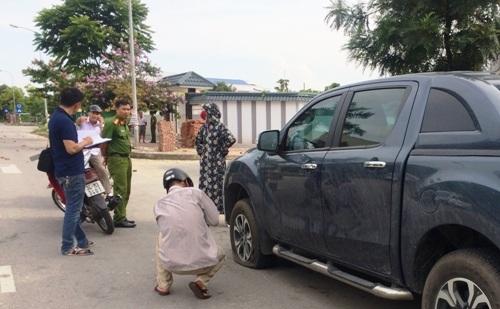 Chiếc xe bán tải hiệu Mazda bị chọc thủng lốp bị vứt lại trên đường