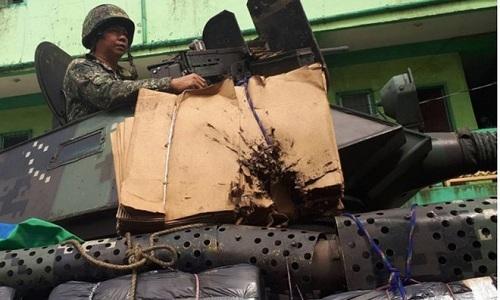 Xe thiết giáp Philippines được gia cố bằng bìa các tông. (Ảnh: Popular Mechanic)