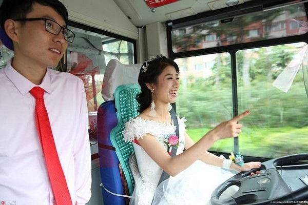 Wu đã tự tay cầm lái chiếc xe buýt để chở chồng mình đến lễ cưới