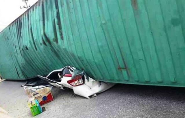 Hiện trường vụ tai nạn khiến 2 người ngồi trong xe con chết thảm