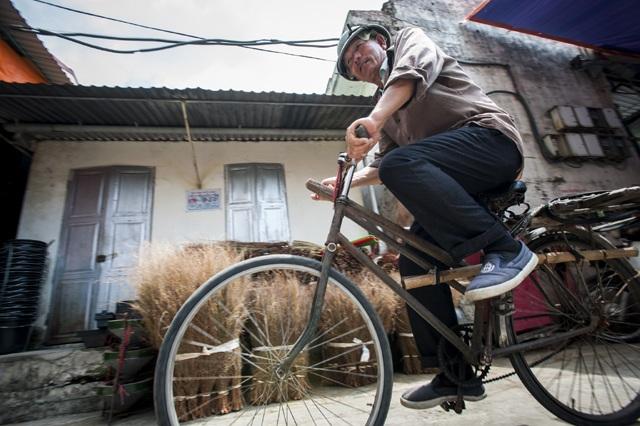 Những chiếc xe đạp lai sẽ lùi vào dĩ vãng khi những người như ông Thường, ông Khoa nghỉ hưu bởi loại phương tiện này không còn mấy ai sử dụng