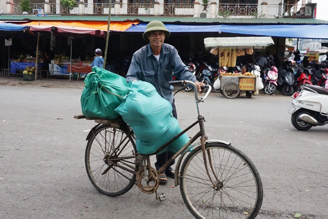 Xe đạp lai là phương tiện chở hàng hóa tại chợ Vinh (Nghệ An)