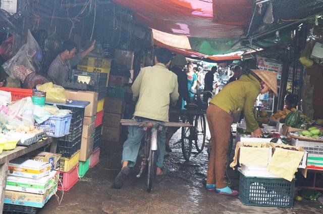 Loại phương tiện chở hàng này khá hiệu quả khi có thể luồn lách trong các lối đi nhỏ hẹp của chợ Vinh