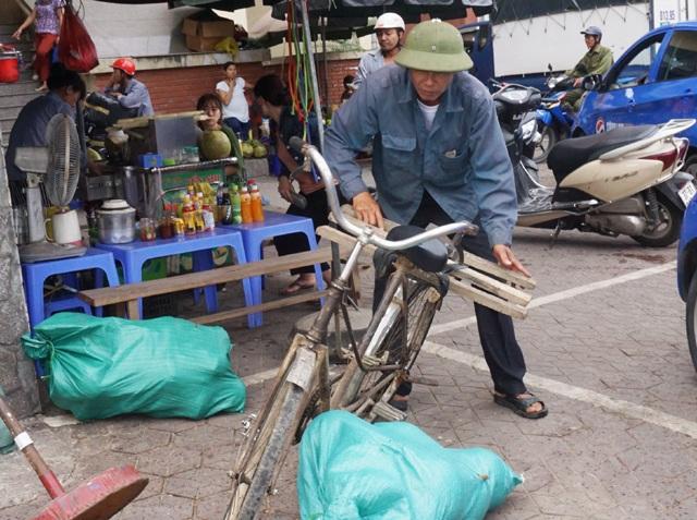 Với những người gần 60 tuổi thì việc bê đỡ những bì tải như thế này có phần quá sức...