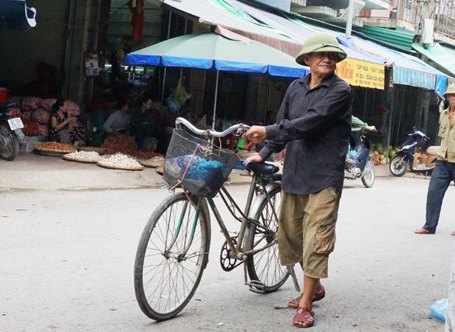 Ông Khoa dắt xe đi tìm mối hàng ở khu vực chợ Vinh. Mỗi ngày ông có thể kiếm từ 50-70 nghìn đồng