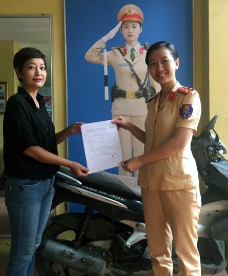 Chị Khánh vui mừng nhận lại chiếc xe bị mất hơn 7 năm trước.