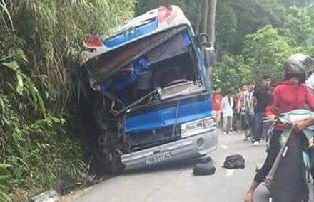 Chiếc xe khách chở đoàn học sinh đi du lịch từ Tam Đảo bất ngờ bị mất phanh đâm vào vách núi khiến 2 phụ huynh tử vong.