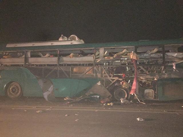 Khoảng 22h30 đêm 21/2, chiếc xe khách mang biển kiểm soát 14B 00694 đã bất ngờ phát nổ khi lưu thông trên quốc lộ 18, địa phận xã Đào Viên, huyện Quế Võ, Bắc Ninh làm 2 người tử vong, 12 người khác bị thương. (Ảnh: Bá Đoàn)