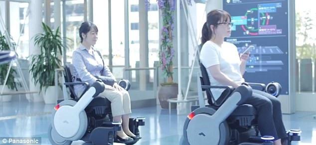 WHILL NEXT có thể đưa đưa hành khách khuyết tật di chuyển đến mọi nơi trên sân bay, và tự động trở về vị trí cũ sau khi hoàn thành nhiệm vụ