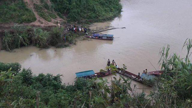 Lực lượng chức năng tìm kiếm các nạn nhân sau vụ tai nạn. (Ảnh: Gia đình & Xã hội)