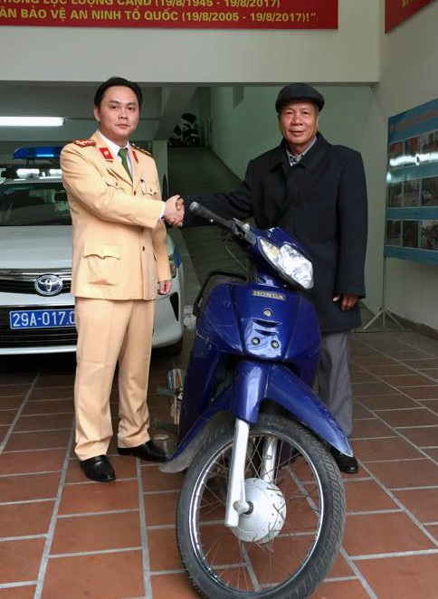 Bác Điều từ Cao Bằng xuống Hà Nội nhận lại chiếc xe bị mất cắp hơn 11 năm trước.