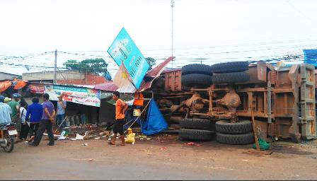 Xe tải tông sập 5 ki ốt, 3 người bị đá đè trọng thương - 2