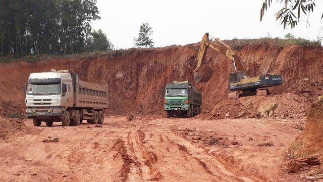 Nhiều xe cơi nới thành thùng chở đất tại điểm mỏ ở xã Bảo Sơn, huyện Lục Nam (ảnh: báo Bắc Giang).
