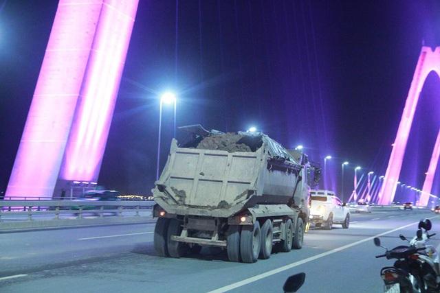 Xe tải chở đất làm vương vãi trên cầu Nhật Tân - Hà Nội (ảnh: Nguyễn Dương)
