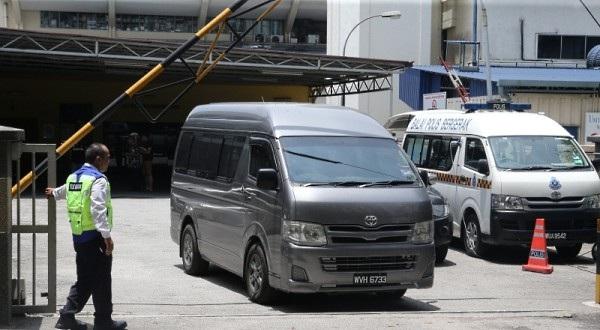 Chiếc xe tải được cho là đưa thi thể ông Kim Jong-nam tới sân bay chiều 30/3. (Ảnh: The Sun)