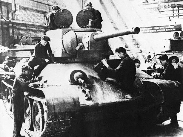 Ngày 19/12/1939, Hồng quân Liên Xô bắt đầu thông qua kế hoạch chế tạo tăng T-34 để thay thế mẫu xe thiết giáp cũ. Trong giai đoạn Chiến tranh thế giới thứ hai, T-34 được đánh giá là một trong những mẫu xe tăng tốt nhất của Hồng quân Liên Xô khi tham gia vào các hoạt động tác chiến. Trong ảnh: Thợ kỹ thuật Liên Xô lắp ráp một chiếc T-34 tại nhà máy cơ khí Ural năm 1942.