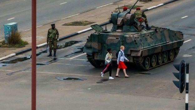 Xe tăng xuất hiện nhiều ở thủ đô Harare nhưng ở đây vẫn khá bình lặng. (Ảnh: EPA)