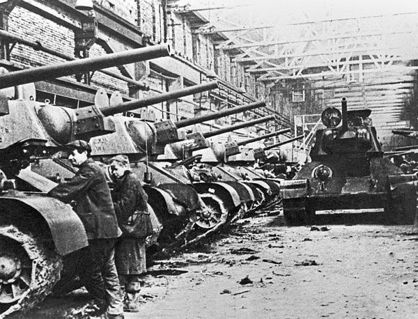 Sau khi trình làng và được cải tiến liên tục, T-34 đã nhanh chóng trở thành đối trọng với các xe chiến đấu bọc thép hiện đại của Đức thời đó.