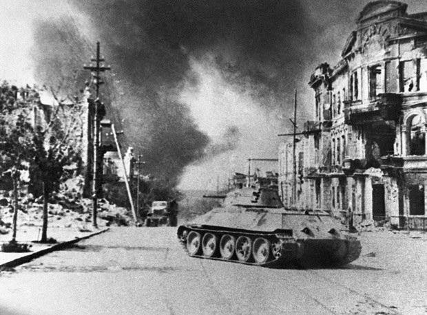 Trong Chiến tranh thế giới thứ hai, T-34 được Hồng quân triển khai trong nhiều trận đánh lớn và trở thành mẫu xe tăng huyền thoại của Liên Xô. Trong ảnh: Tăng T-34 trên đường phố Sevastopol sau khi khu vực này được Hồng quân giải phóng năm 1944.