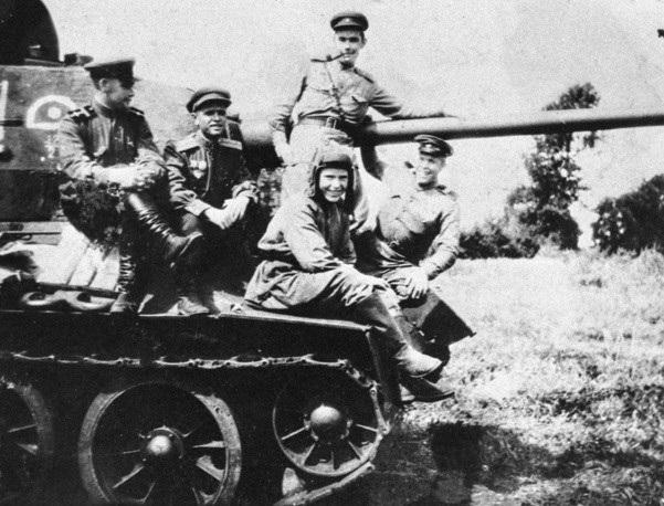 Phiên bản đầu tiên của tăng T-34 sử dụng pháo cỡ nòng 76,2 mm uy lực mạnh, do vậy mẫu xe tăng này còn được gọi là T-34/76.
