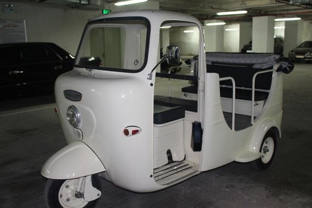 """Nói về chiếc xe 3 bánh còn lại, chú tự hào: """"Chiếc Lambro 125 này được sản xuất từ năm 1956 nhưng chưa từng được sửa chữa hay thay một chi tiết nào. Về đến Việt Nam, tôi là người đầu tiên mở những chiếc ốc vít và bắt tay vào sơn sửa, thay thế vài bộ phận đã cũ. Trước đây, hai chiếc xe ba bánh thường được một khách sạn có tiếng ở trung tâm Hà Nội mượn trưng bày vào những dịp quan trọng""""."""