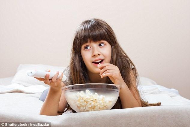 Trẻ lười ăn rau vì xem tivi, điện thoại nhiều? - 1