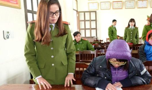 Đối tượng Nguyễn Thị Phương khi bị bắt giữ