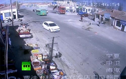 Kinh hoàng xe tải mất lái tông nát cả một dãy nhà ven đường - 1
