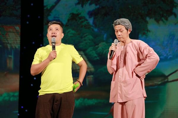 NSƯT Hoài Linh mang đến cho khán giả tiếng cười giòn giã cùng hình ảnh Nam Bộ quen thuộc với chiếc khăn rằn.