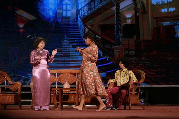 NSND Hồng Vân giới thiệu Kỹ nghệ lấy Tây, tiểu phẩm nổi tiếng dựa trên nguyên tác của nhà văn Vũ Trọng Phụng.