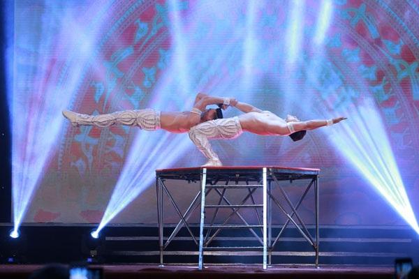 Màn trình diễn ấn tượng của cặp nghệ sĩ từng nắm giữ kỷ lục Guinness thế giới về mục giữ thăng bằng trên đầu đi lên cầu thang tại nhà thờ Girona 90 bậc trong vòng 52 giây gây ấn tượng mạnh với khán giả có mặt tại Cung Hữu nghị Việt Xô Hà Nội.