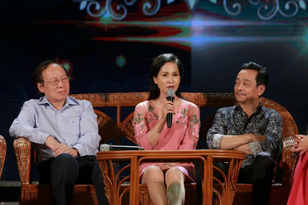 NSND Lê Tiến Thọ- Chủ tịch Hội Nghệ sĩ Sân khấu Việt Nam, NSND Lan Hương và NSND Hoàng Dũng chia sẻ, giao lưu về nghiệp diễn và nghệ thuật sân khấu.