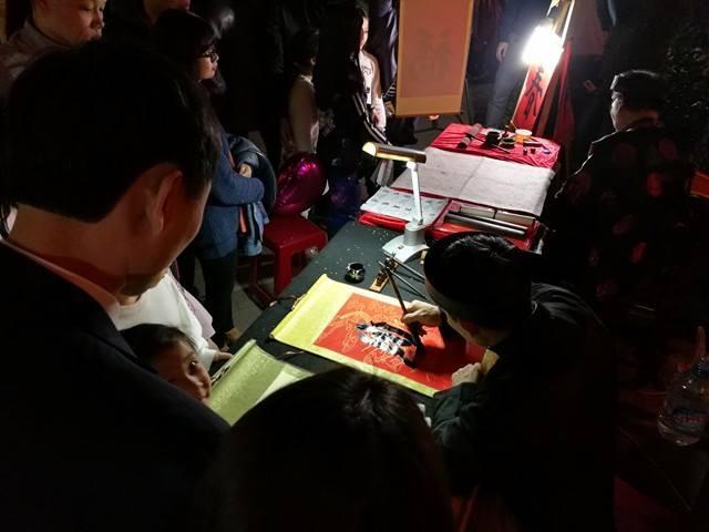Một mâm lễ cúng giao thừa đầy đủ, tươm tất trên phố Nguyễn Hữu Huân.