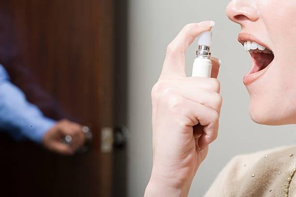 Lạm dụng dung dịch xịt thơm miệng gây hại sức khỏe - 1