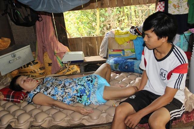 Xuân chăm mẹ bị tai nạn liệt giường
