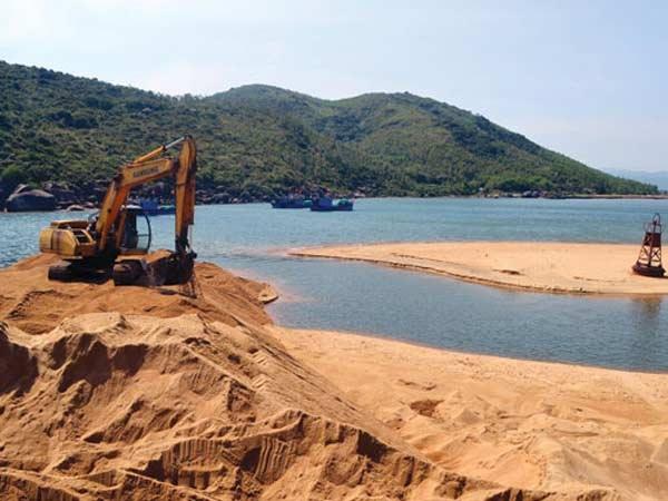 """Phó Thủ tướng Trương Hoà Bình yêu cầu các bộ ngành tạm dừng cấp mới giấy phép các dự án xã hội hóa tận thu cát nhiễm mặn; mở đợt cao điểm đấu tranh chống """"cát tặc""""."""