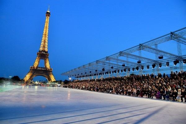 Năm nay Yves Saint Laurent tổ chức show diễn ra mắt BST xuân hè 2018 tại 1 địa điểm rất thú vị ở ngoài trời