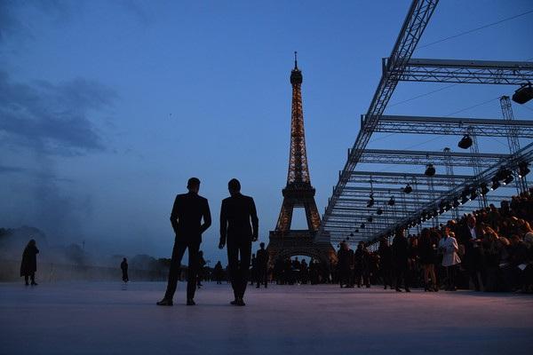 Con gái Cindy Crawford trình diễn bên tháp Eiffel - 10